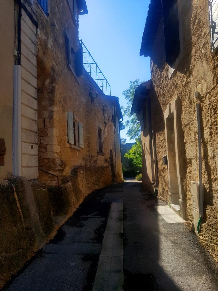 Les ruelles du village de Ménerbes dans le Vaucluse (France)