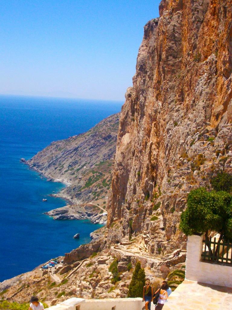 La vue époustouflante depuis la monastère de la Panagia Chozoviotissa sur les criques d'Agia Anna, Amorgos dans les Cyclades en Grèce