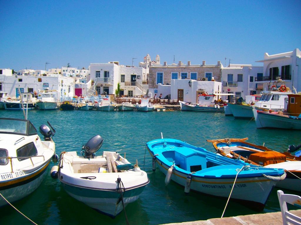 Le petit port de Naoussa sur l'île de paros dans les Cyclades en Grèce
