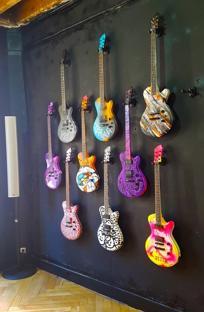 Les guitares du niveau 2 de Zoo Art Show, Lyon.