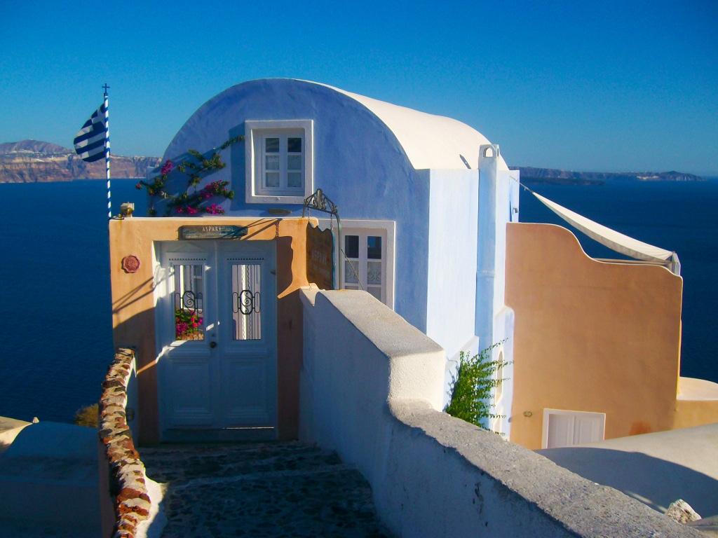 le paysage de carte postale du village d'Oia sur l'île de Santorin dans les Cyclades en Grèce
