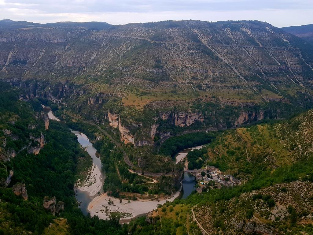 Le panorama de Saint-Chély du Tarn et son incroyable vue sur les gorges dans le département de la Lozère en France.