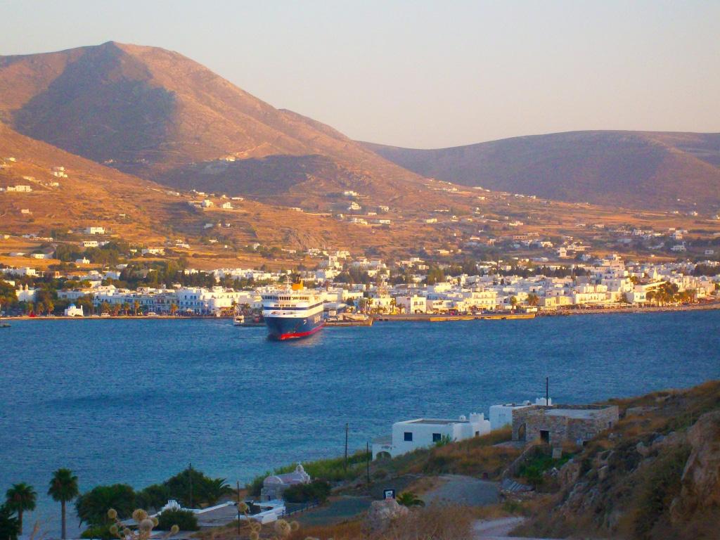 Vue sur le village de Parikia depuis la cap Agios Phokas sur l'île de Paros dans les Cyclades en Grèce