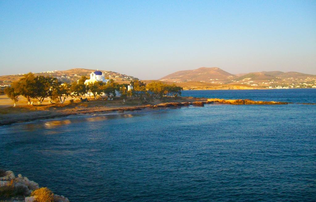 Le long de la route sur l'île de Paros dans les Cyclades en Grèce