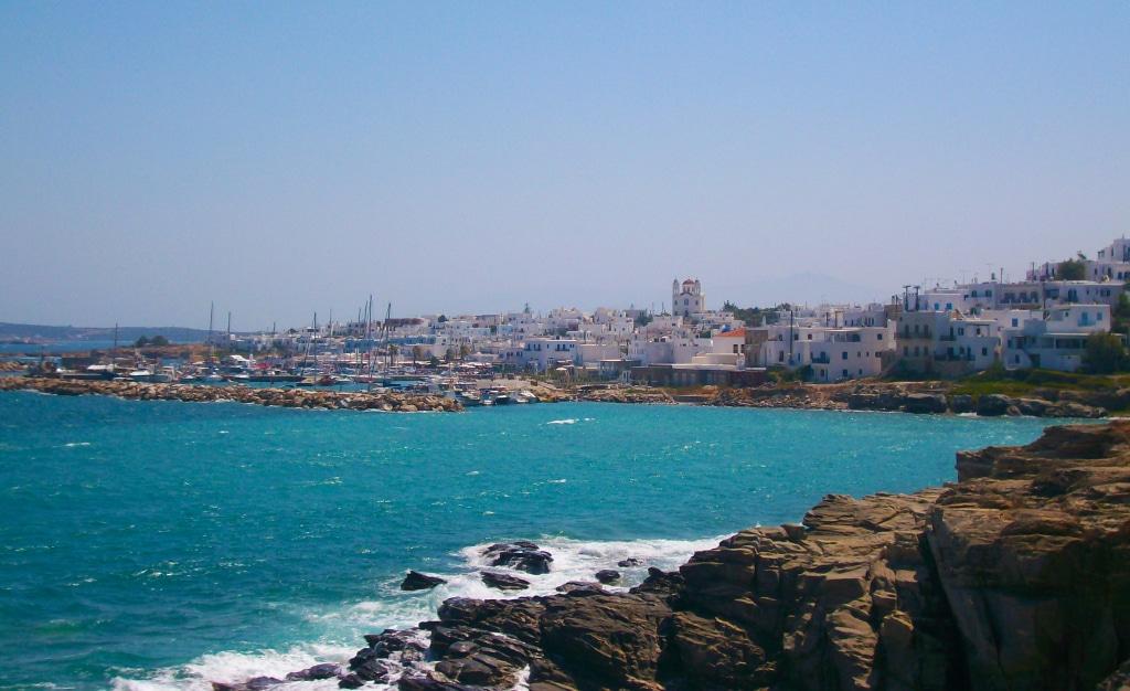 Vue sur Naoussa sur l'île de Paros dans les Cyclades en Grèce