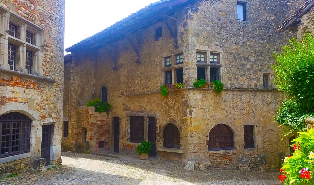 La cité médiévale de Perouges, découvrir la région des Dombes à pied
