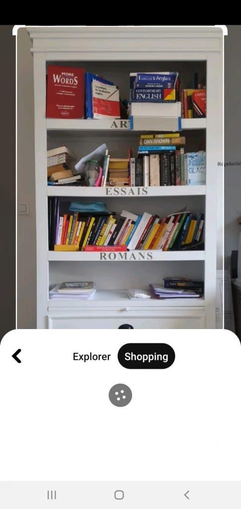 Pinterest Lens recherche les bibliothèques similaires à celle de ma photo.