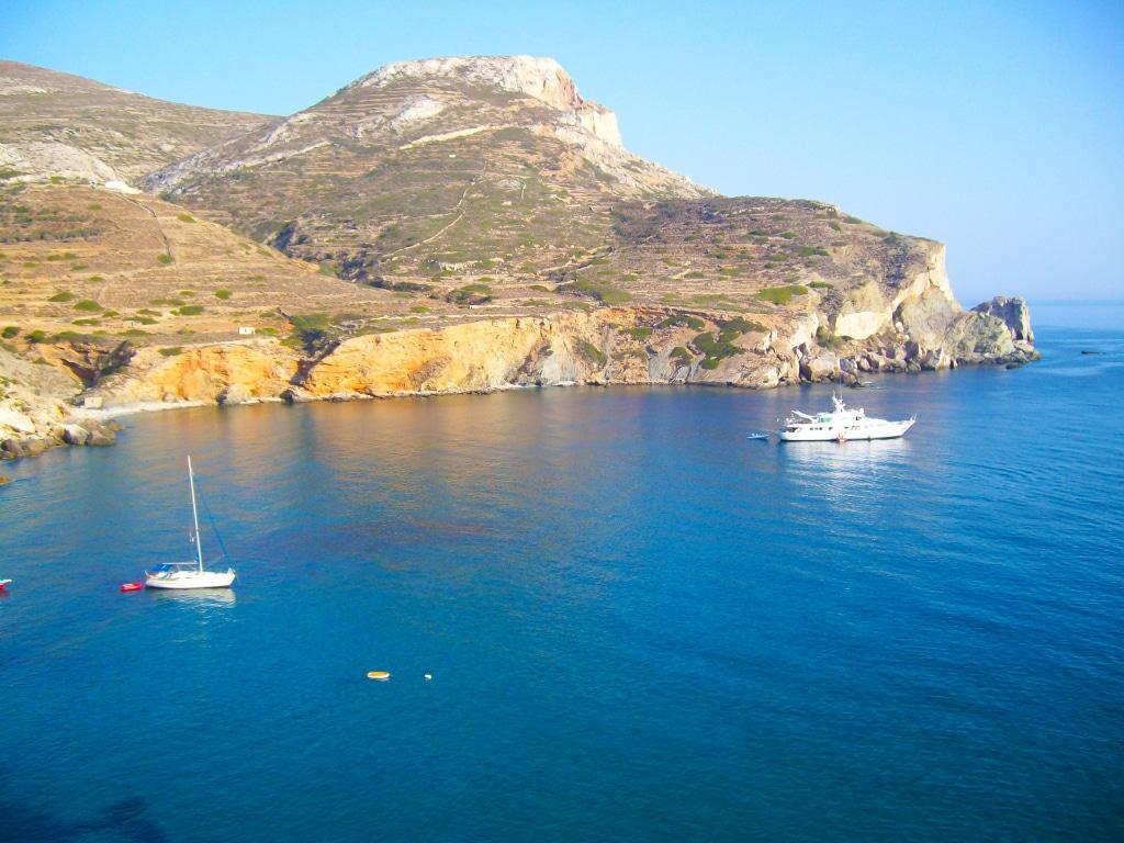 la baie de Vathy sur l'île de Folégandros dans les Cyclades en Grèce