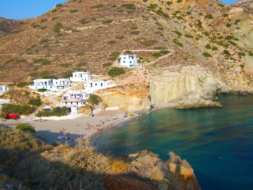 la plage d'Agali dans la baie de Vathy sur l'île de Folégandros dans les Cyclades en Grèce