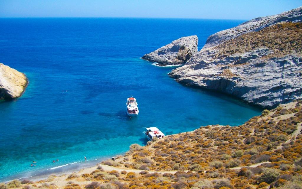 la plage de Katergo sur l'île de Folégandros dans les Cyclades en Grèce