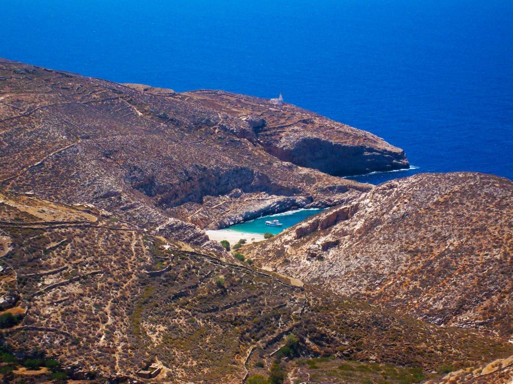 la plage de Livadaki près d'Ano Méria sur l'île de Folégandros dans les Cyclades en Grèce