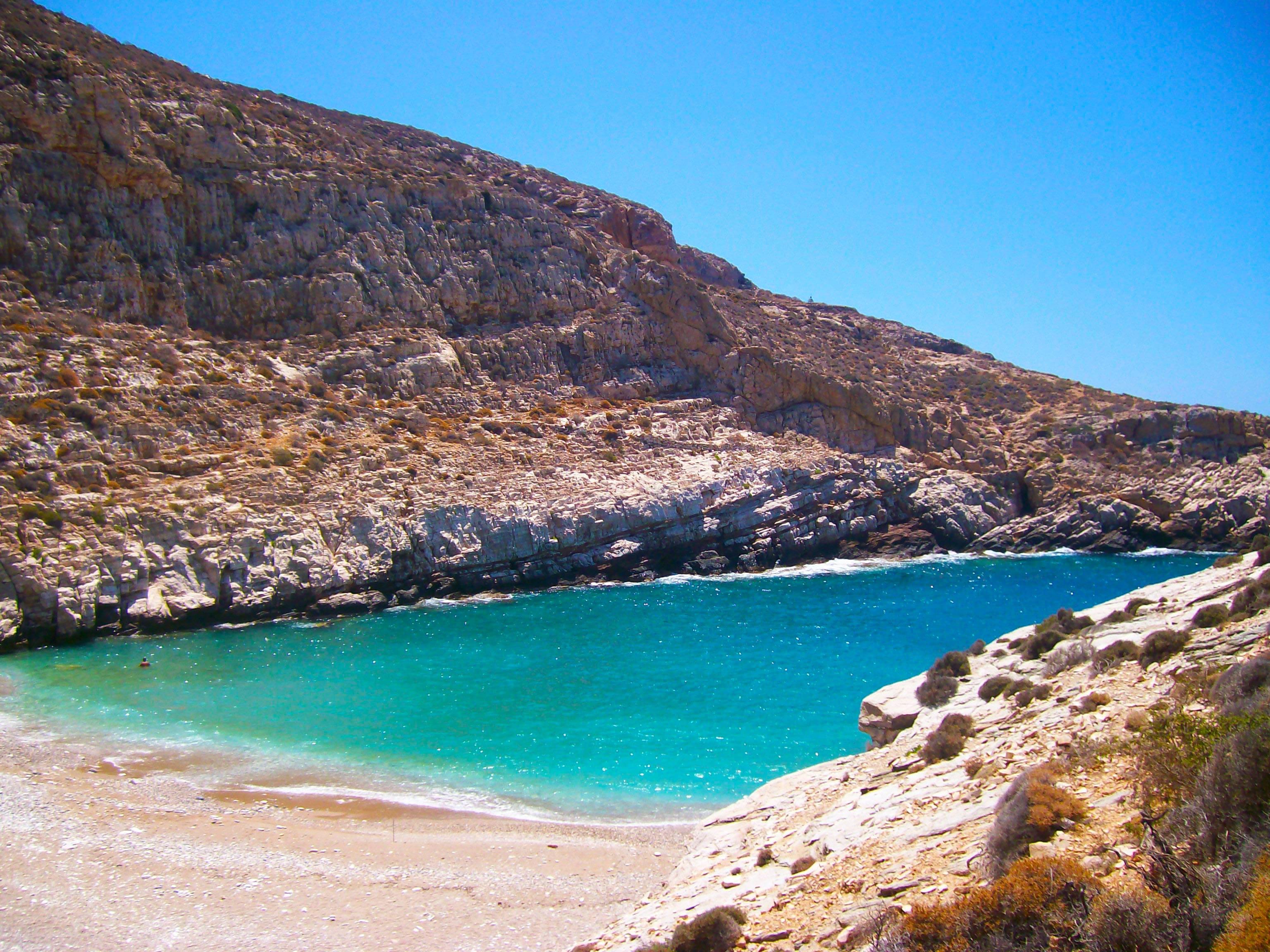 la plage de Livadaki près d'Ano Méria sur l'île grecque méconnue de Folégandros dans les Cyclades en Grèce