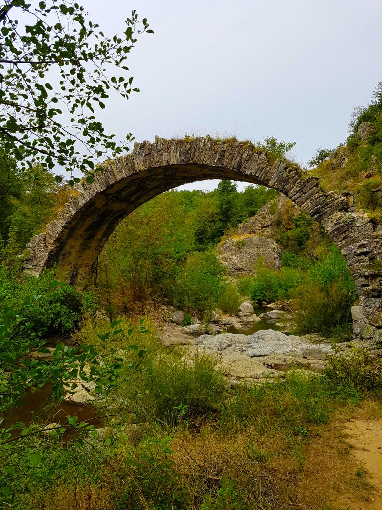 Les ruines du pont romain de Saint-Sylvestre parmi les 3 promenades incontournables pour découvrir la région de Lamastre à pied