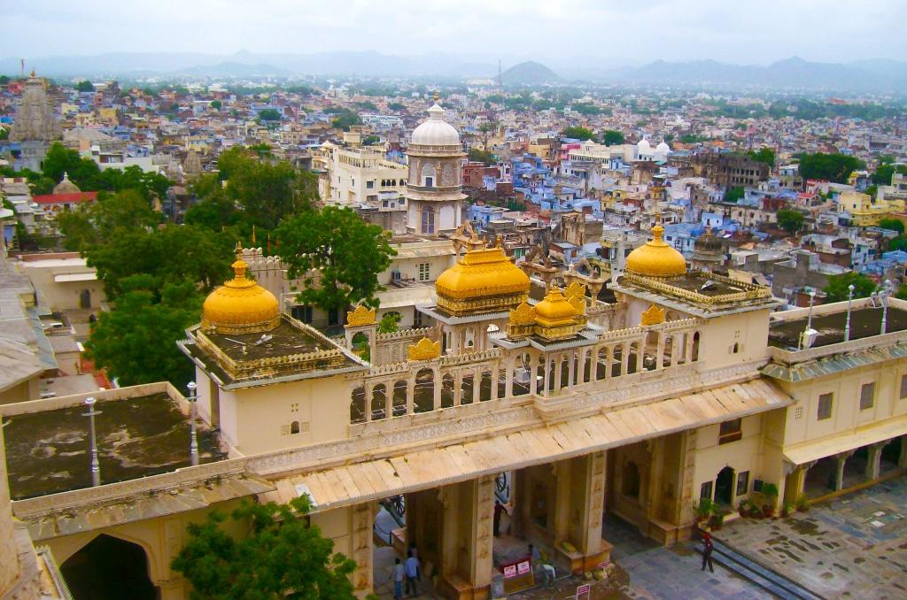 Vue sur l'entrée du City Palace d'Udaipur au Rajasthan