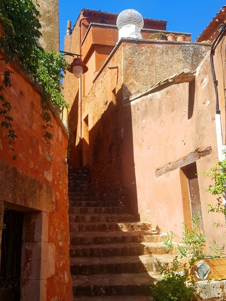 Les ruelles du village de Roussillon dans le Luberon (France)