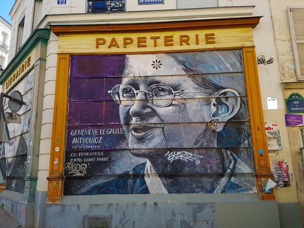 Portrait street art de Geneviève De Gaulle - Antonioz, angle rue de Tourtille et rue Lesage à Paris.