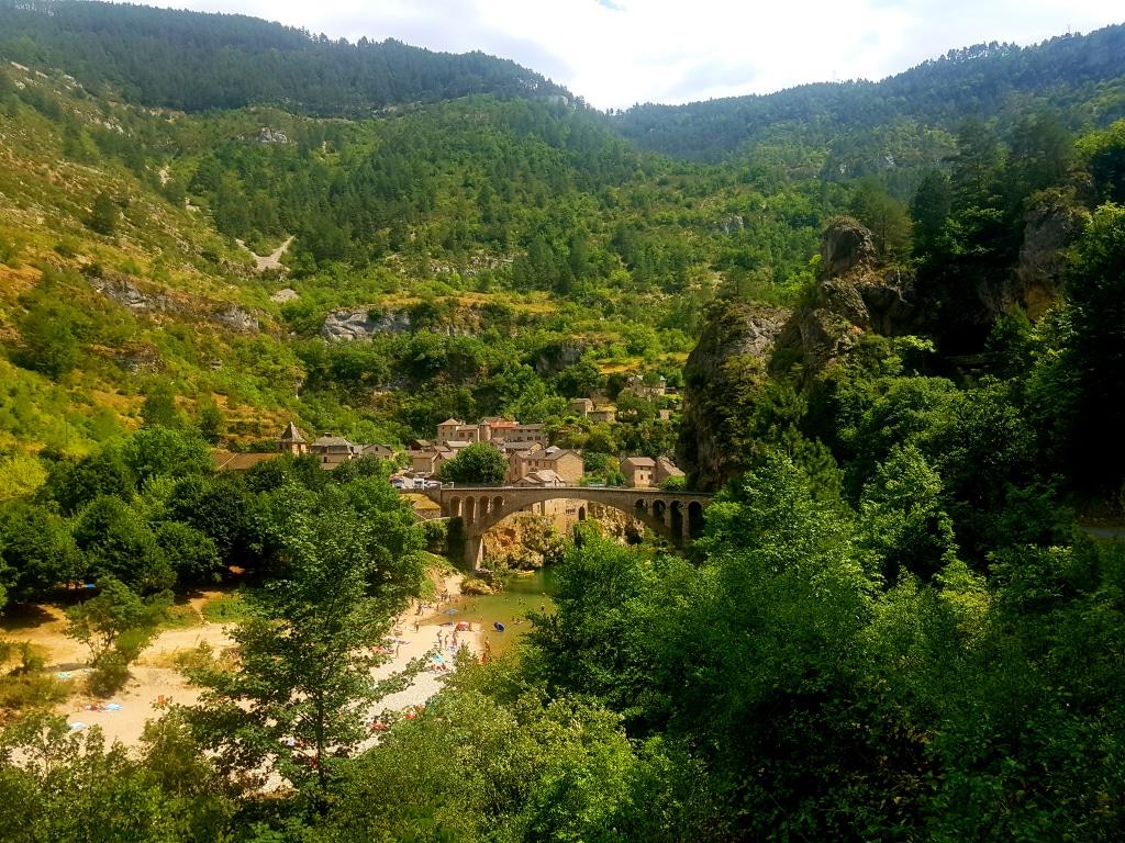 Le village de Saint-Chély du Tarn dans les gorges du Tarn dans le département de la Lozère en France.