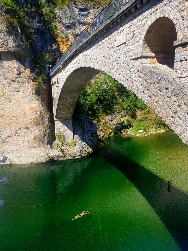 L'arche du pont de Saint-Chély du Tarn et sa magnifique plage en dessous.