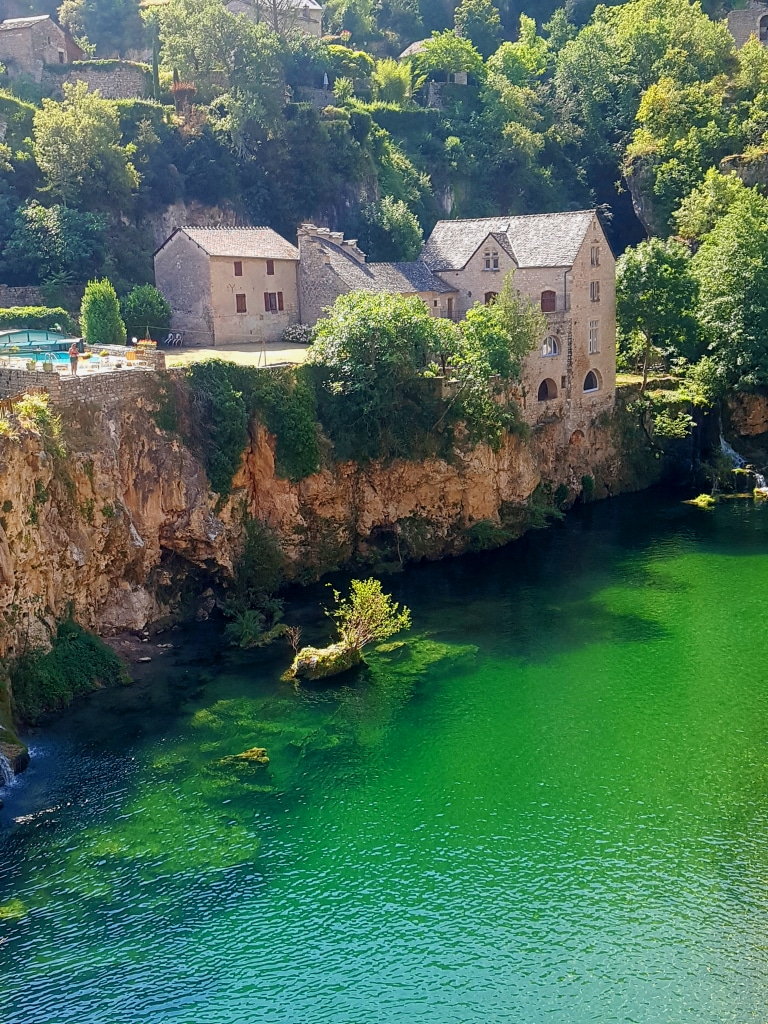 Saint-Chély du Tarn (Lozère) et les magnifiques reflets verts émeraudes du Tarn