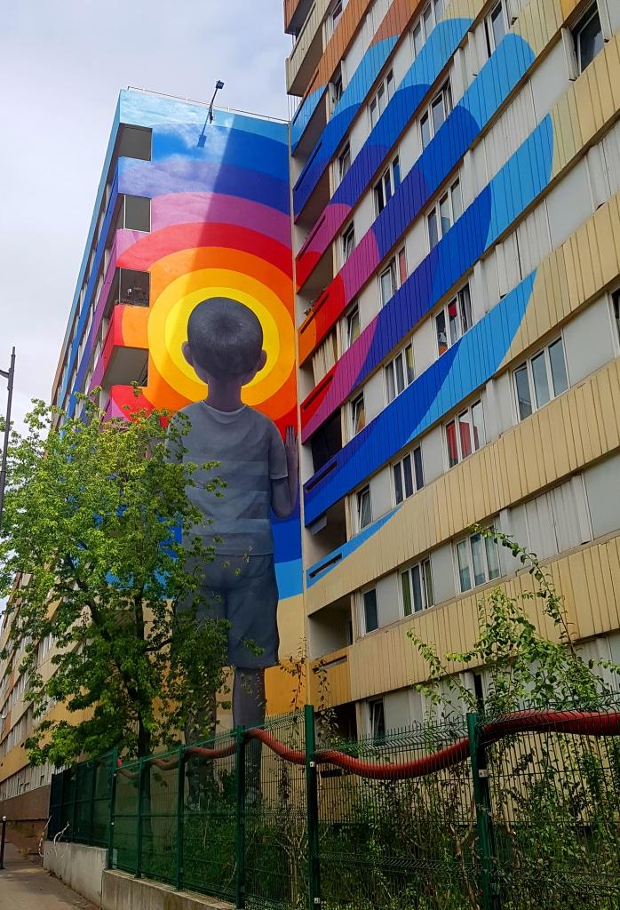 Le petit garçon qui regarde vers l'avenir de Seth, rue Jeanne d'Arc, street art Paris 13