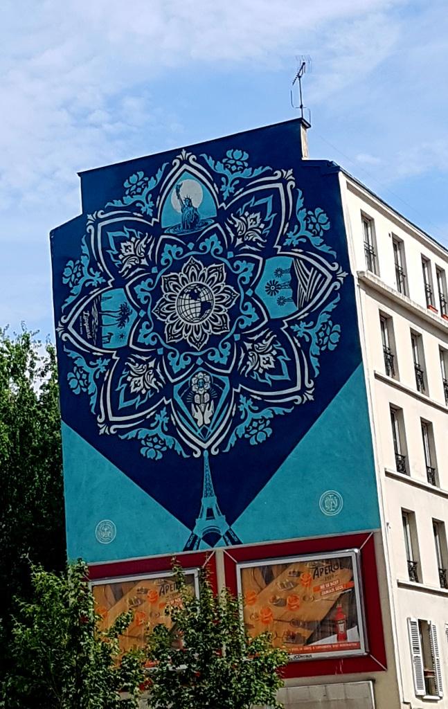 La tour Eiffel vue par le street artiste américain Sheppard Fairey dans le 13e arrondissement de Paris.