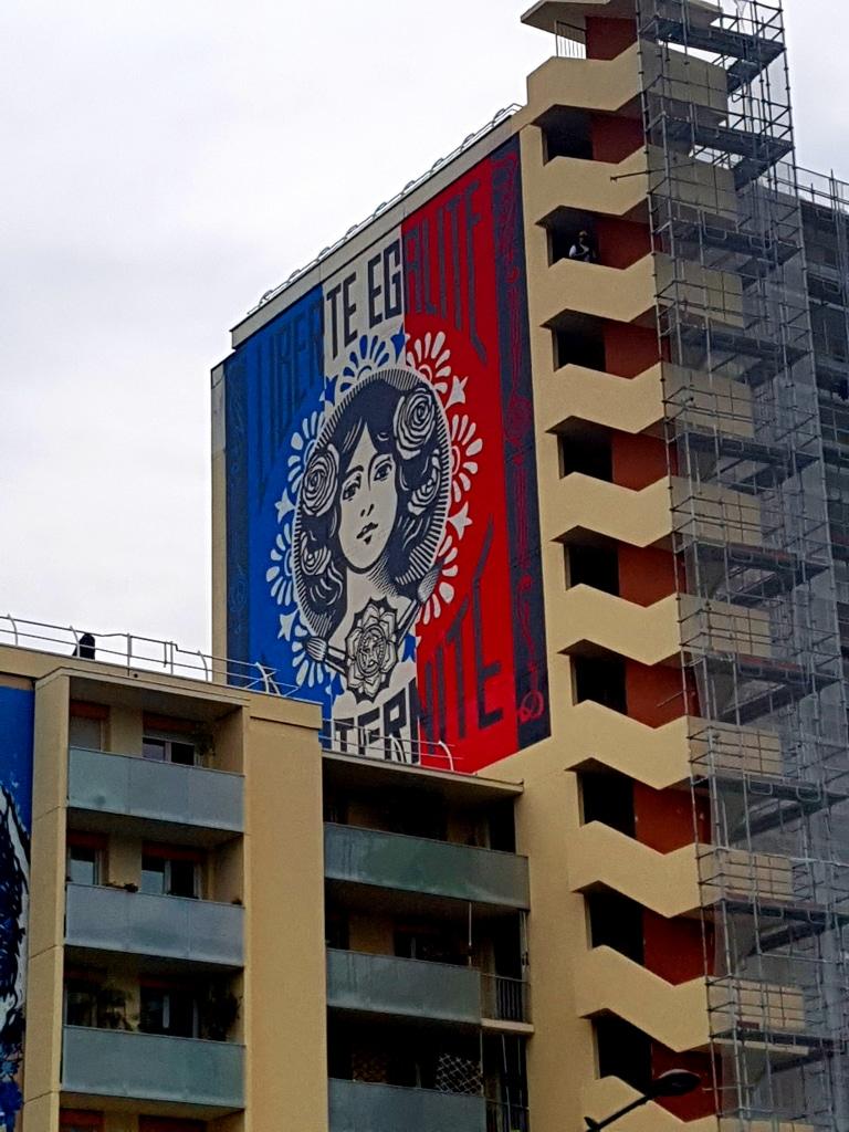"""Le street art """"Liberté-Egalité-Fraternité"""" de Shepard Fairey dans le 13e arrondissement de Paris."""