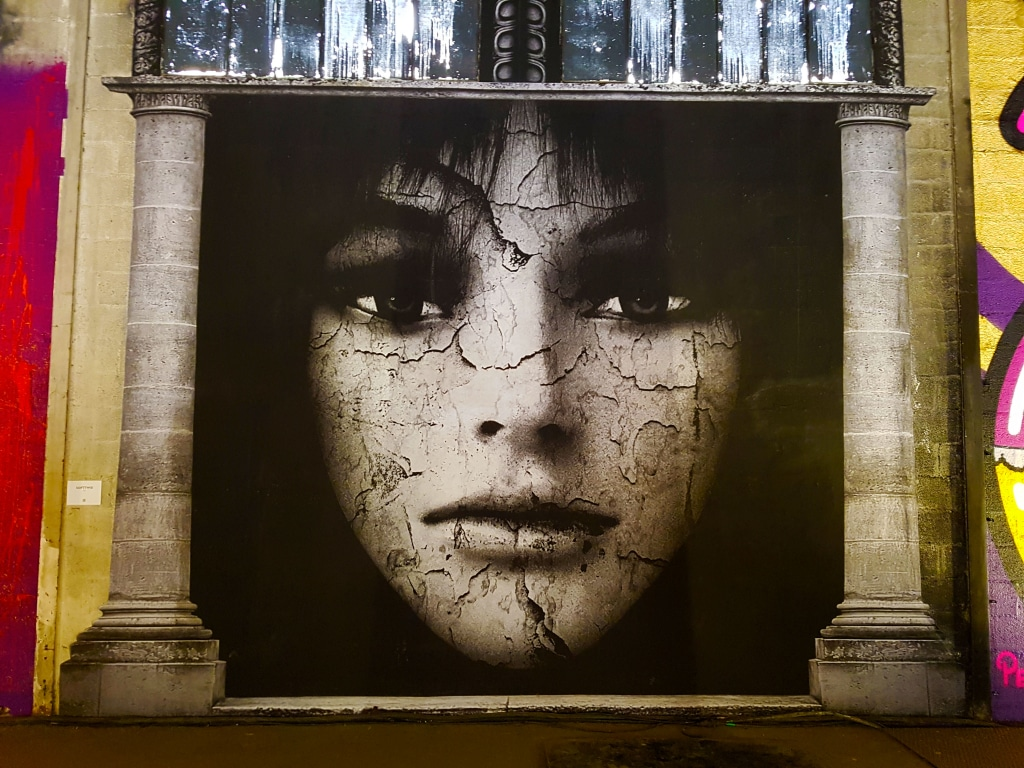 Artiste secrète, adepte de l'ombre, Softtwix a longtemps travaillé dans le milieu de la mode et la publicité comme photographe.
