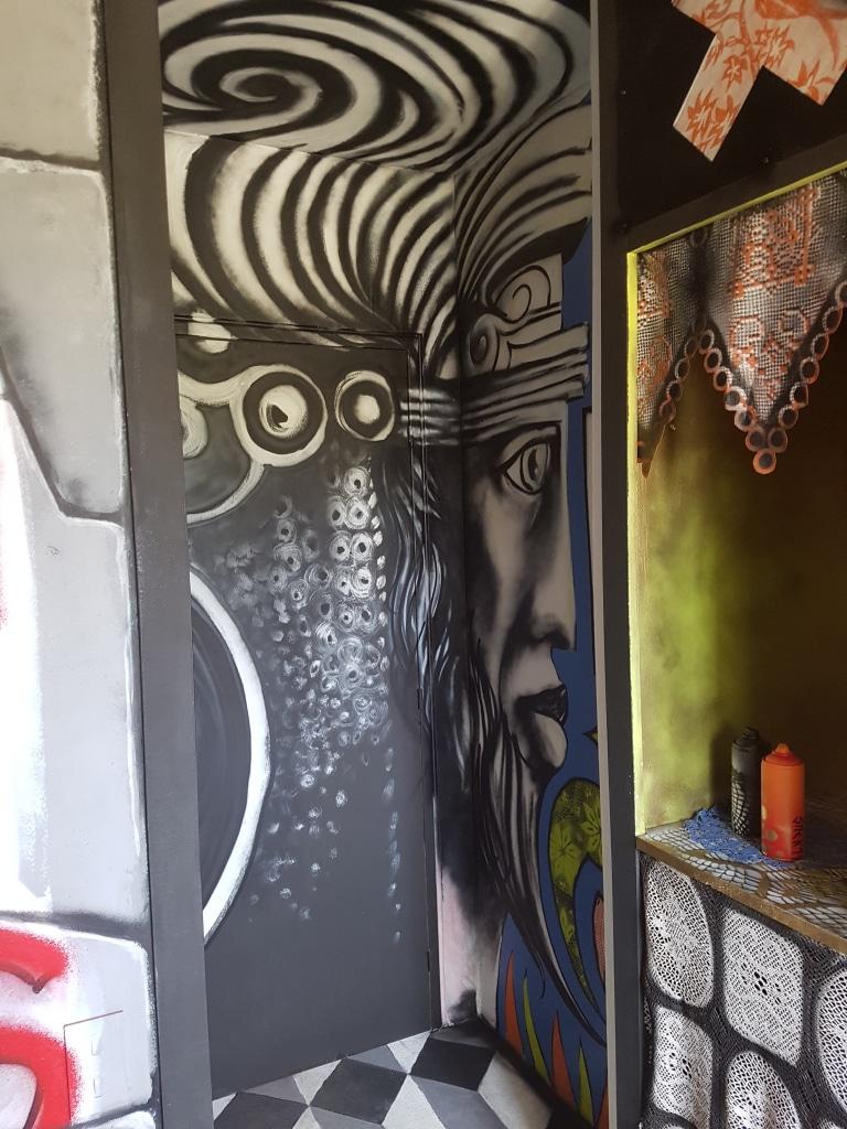 La chambre Hogar de Stinkfish à l'HOTEL 128 de la Street Art City