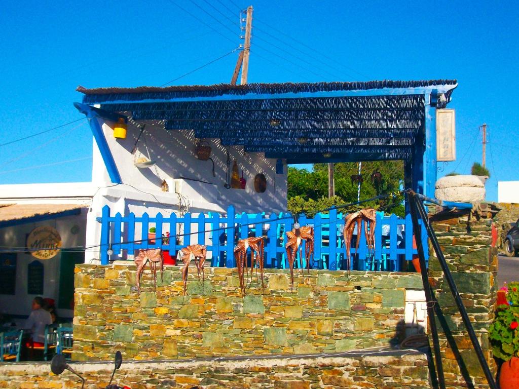Taverne dans le petit village d'Ano Méria sur l'île de Folégandros dans les Cyclades en Grèce
