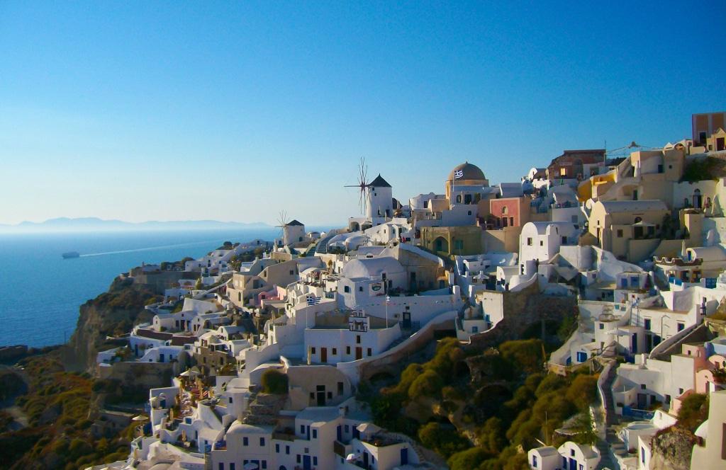 Le village perché d'Oia sur l'île de Santorin dans les Cyclades en Grèce